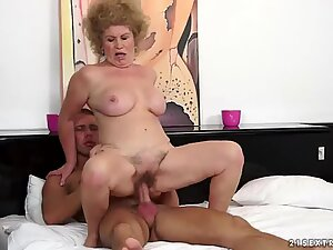 Old pussy of mature chick Effie is very tasty